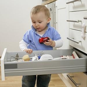 Какие опасности могут подстерегать ребенка дома?