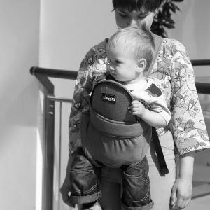 Ношение ребенка лицом к миру: стоит ли?