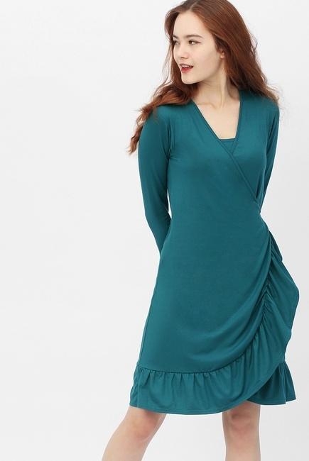 Платье на запах для беременных и кормящих с воланом, изумрудное